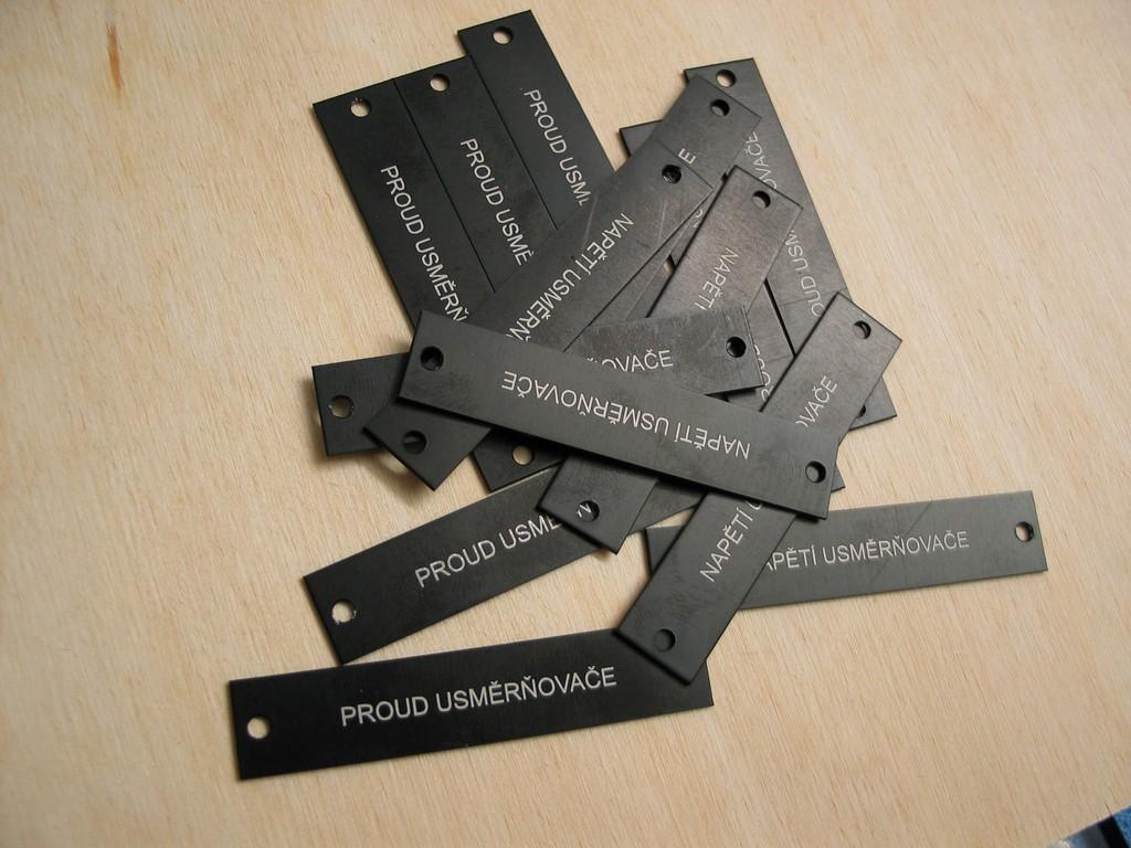 gravírování přístrojového štítku
